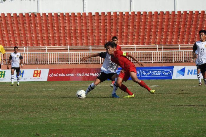 Aksi kapten timnas U-18 Indonesia, David Maulana saat coba dihadang pemain Laos pada lanjutan fase awal Grup A Piala AFF U-18 2019 di Stadion Thong Nhat, Ho Chi Minh, Vietnam, 12 Agustus 2019.