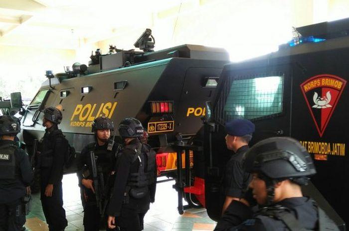 Kendaraan taktir (rantis) milik Polda Jawa Timur untuk mengamankan pertandingan Arema FC melawan Persebaya Surabaya, Kamis (15/8/2019).