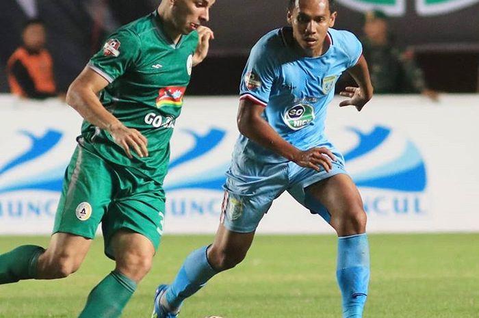 Gelandang PSS Sleman, Brian Ferreira, mendapatkan pengawalan dari pemain Persela Lamongan, Lucky Wahyu, saat pertandingan pekan ke-14 Liga 1 2019.