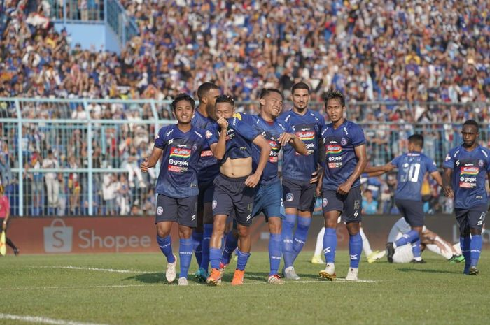Penyerang Arema FC, Dendi Santoso, merayakan gol ke gawang Persebaya Surabaya di Stadion Kanjuruhan, Kamis (15/8/2019).