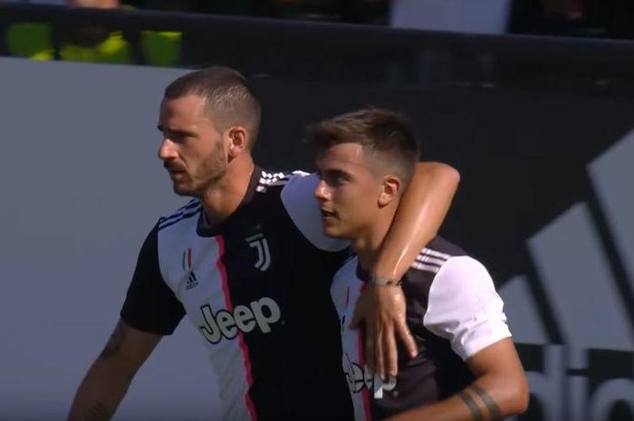 Striker Juventus, Paulo Dybala (kanan) dirangkul Leonardo Bonucci seusai mencetak gol via titik putih melawan Juventus B pada Rabu (14/8/2019) di Villar Perosa, Turin, Italia.