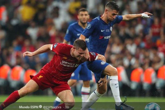 Gelandang Chelsea, Jorginho, berduel dengan pemain Liverpool FC, James Milner, pada Piala Super Eropa 2019  FC di BJK Vodafone Arena, Istanbul, 15 Agustus 2019.