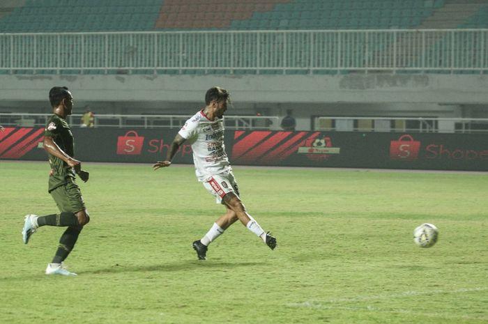 Pemain Bali United, Stefano Lilipaly saat membobol gawang Tira Persikabo di Stadion Pakansari, Kabupaten Bogor, Kamis (15/8/2019).