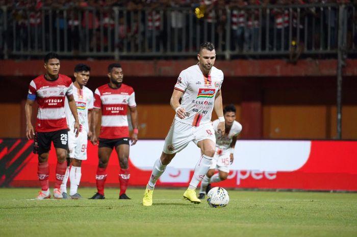 Striker Persija Jakarta, Marko Simic, saat melakukan eksekusi penalti ke gawang Madura United pada pekan ke-14 Liga 1 2019.
