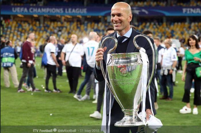 Pelatih Real Madrid, Zinedine Zidane, memegangi trofi juara Liga Champions musim 2018-2019.