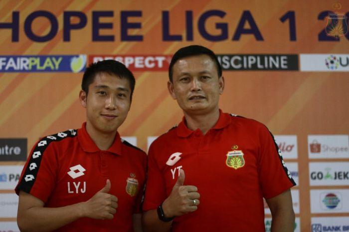Pemain asing Bhayangkara FC, Lee Yoo-joon (kiri) bersama caretaker Yeyen Tumena (kanan) saat konferensi pers jelang laga di Stadion Patriot Chandrabhaga, Kota Bekasi, Kamis (15/8/2019).