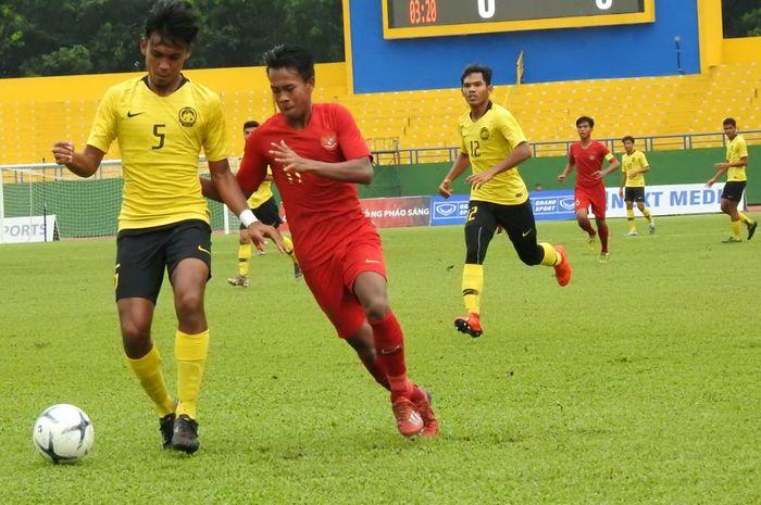 Duel pemain timnas U-18 Indonesia dengan pemain timnas U-18 Malaysia, Haiqal Adam, di Stadion Go Dau, Vietnam, Sabtu (17/8/2019).