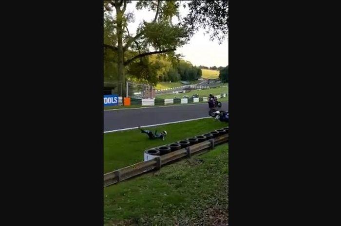 Kecelakaan horor pembalap Superbike Luke Mossey di Sirkuit Cadwell Park, Lincolnshire.