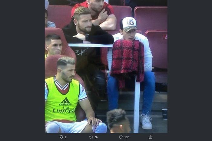 Duduk ditemani Sead Kolasinac, Mesut Oezil malah menguap saat menyaksikan Arsenal bertanding melawan Burnley di Liga Inggris 2019-2020.