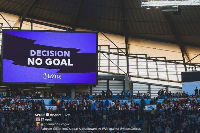 Videotron di Stadion Etihad menampilkan keputusan wasit dan VAR menganulir gol Gabriel Jesus pada laga pekan kedua Liga Inggris 2019-2020 antara Manchester City dan Tottenham Hotspur, 17 Agustus 2019.