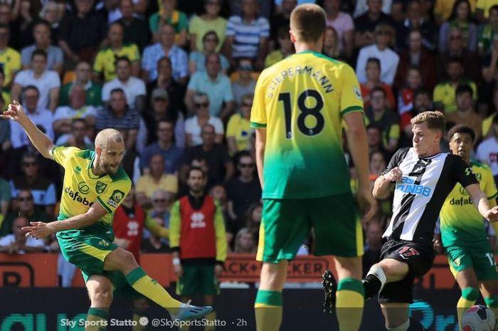 Penyerang Norwich City, Teemu Pukki, mencetak gol dalam laga melawan Newcastle United di Stadion Carrow Road, 17 Agustus 2019.