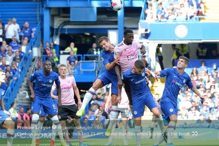 Bek Chelsea, Cesar Azpilicueta berduel udara dengan gelandang Leicester City pada pekan kedua Liga Inggris di Stadion Samford Bridge, 18 Agustus 2019.
