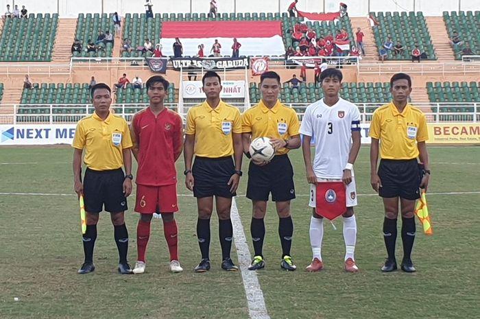 Kapten timnas U-18 Indonesia, David Maulana (dua dari kiri) dan kapten timnas U-18 Myanmar, Shi Tu Moe Khant (dua dari kanan) bersama wasit serta asisten wasit pada laga perebutan peringkat tiga Piala AFF U-18 2019 di Stadion Thong Nhat, Vietnam, 19 Agustus 2019.