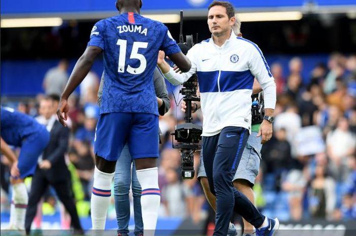 Pelatih Chelsea, Frank Lampard, menyalami bek timnya, Kurt Zouma, dalam laga pekan kedua Liga Inggris kontra Leicester City di Stadion Stamford Bridge, 18 Agustus 2019.