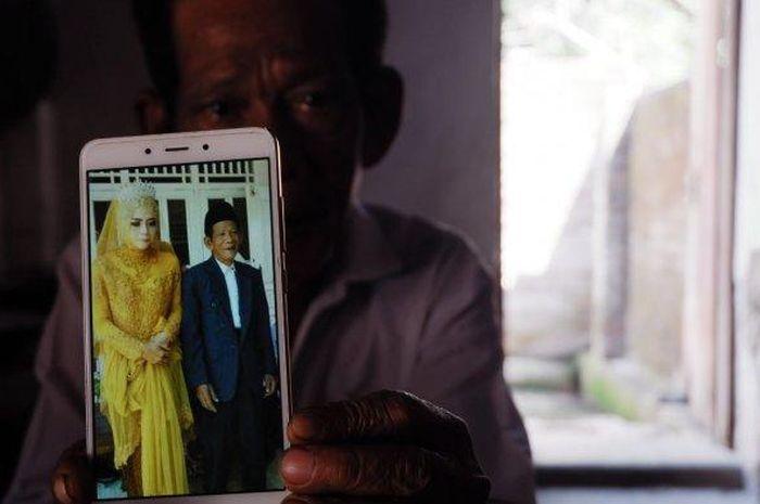 Viral pernikahan kakek 83 dengan gadis 27 tahun di Tegal, Jawa Tengah, menyedot perhatian masyarakat. Rupanya, sang Kakek berprofesi sebagai dukun.