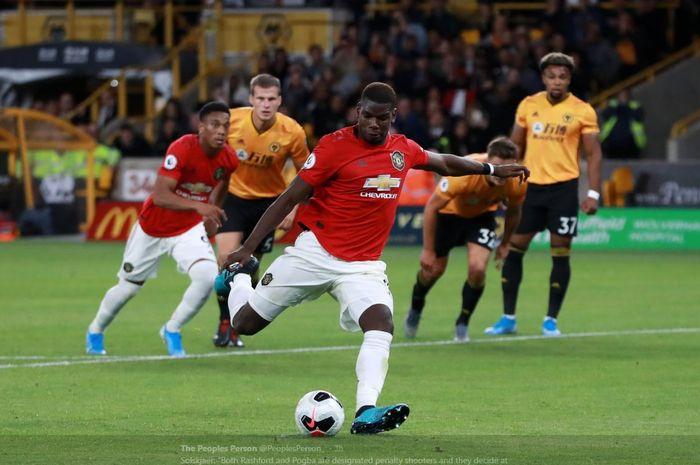 Paul Pogba saat mengeksekusi penalti dalam laga Liga Inggris Wolverhampton vs Manchester United di Molineux, 19 Agustus 2019.