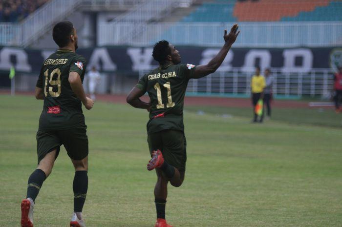 Khurshed Beknazarov ikut merayakan gol yang dicetak Osas Saha pada laga Tira Persikabo Vs PSS Sleman, di Stadion Pakansari, Kabupetan Bogor, Senin (19/8/2019).