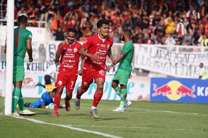 Penyerang Persija Jakarta, Heri Susanto, merayakan gol ke gawang Kalteng Putra di Stadion Madya, Senayan, Jakarta Pusat