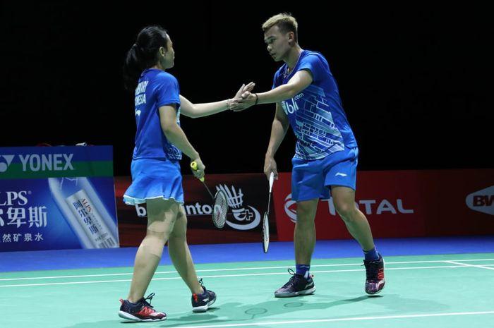 Pasangan ganda campuran Indonesia, Rinov Rivaldy/Pitha Haningtyas Mentari, melakukan tos di sela menjalani babak pertama Kejuaraan Dunia 2019 di St Jakobshalle, Basel, Swiss, Senin (19/8/2019).
