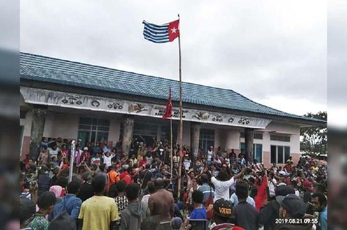 Pengibaran bendera Bintang Kejora di Fakfak, Papua Barat.