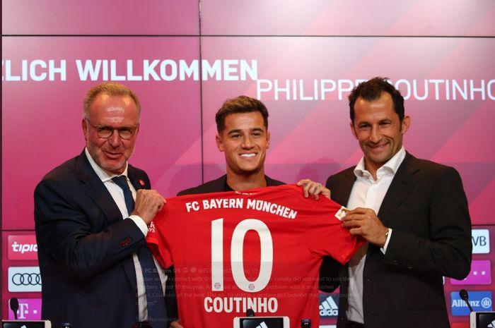Philippe Coutinho saat diperkenalkan sebagai pemain Bayern Muenchen bersama Chairman Karl-Heinz Rummenigge (kiri) dan Direktur Olahraga Bayern Hasan Salihamidzic.