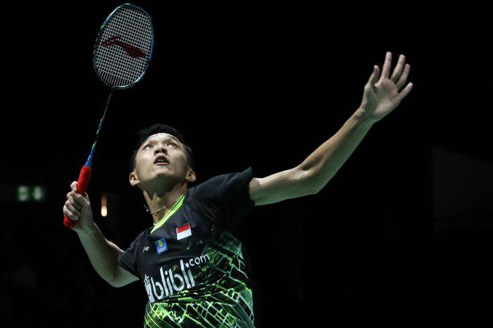 Pebulu tangkis tunggal putra Indonesia, Jonatan Christie, bersiap melepas pukulan saat menghadapi Jan O Jorgensen (Denmark) yang menjadi lawannya pada babak ketiga Kejuaraan Dunia 2019.