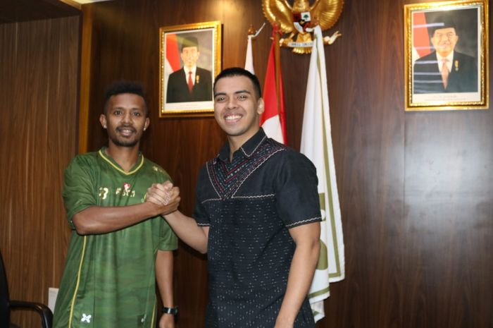 Presiden Tira-Persikabo, Bimo Wirjasoekarta, memperkenalkan pemain baru, Prisca Womsiwor, saat bursa transfer paruh musim Liga 1 2019.