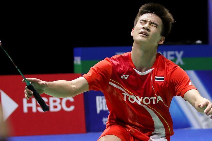 Pebulu tangkis tunggal putra Thailand, Kantaphon Wangcharoen, bereaksi setelah memastikan kemenangan atas Chou Tien Chen (Taiwan) pada perempat final Kejuaraan Dunia 2019.