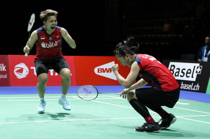 Pasangan ganda putri Indonesia, Greysia Polii/Apriyani Rahayu, bereaksi setelah memastikan tiket semifinal Kejuaraan Dunia 2019 seusai berlaga di St Jakobshalle, Jumat (23/8/2019).