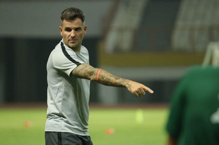 Pelatih timnas Indonesia, Simon McMenemy, saat memimpin latihan timnya jelang lawan Malaysia pada Kualifikasi Piala Dunia 2022 Zona Asia.