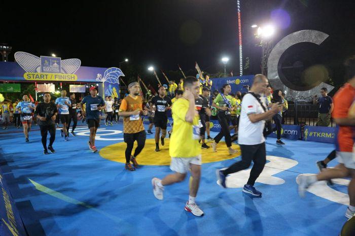 Para peserta memulai start Tiket.com Relay Marathon 2019