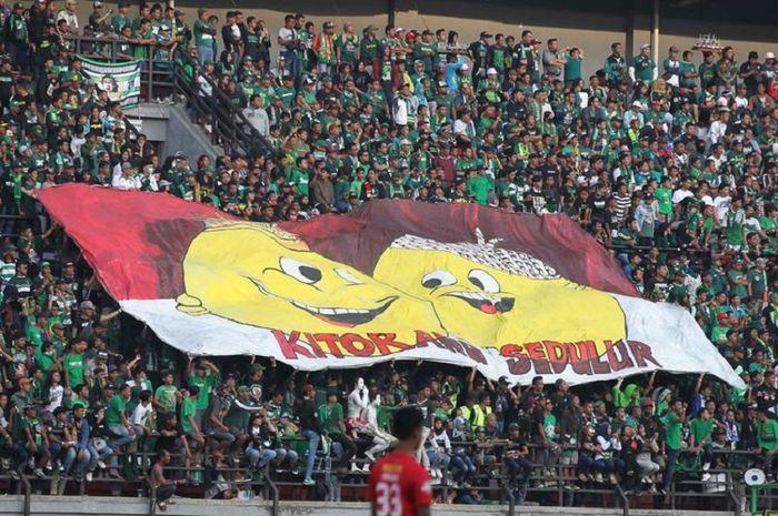 Sebuah spanduk berisi kata-kata persaudaraan yang ditunjukan oleh Bonek saat laga Persebaya Surabaya melawan Persija, Sabtu (24/8/2019).