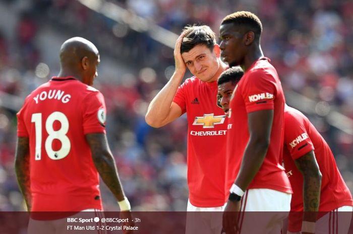 Para pemain Manchester United tampak lesu setelah tim mereka dipecundangi oleh Crystal Palace dengan skor 1-2 di depan publik sendiri pada pertandingan pekan ketiga Liga Inggris, Sabtu (24/8/2019).