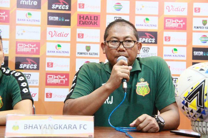 Manajer Bhayangkara FC, Sumardji melancarkan protes seusai timnya dikalahkan Kalteng Putra, Minggu (25/8/2019).