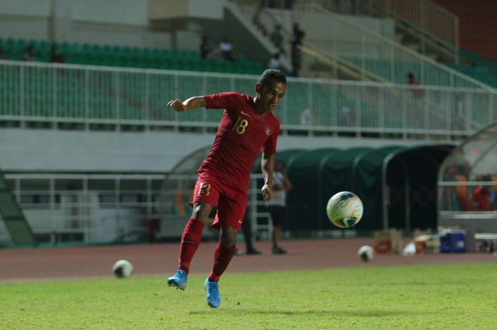 Aksi Irfan Jaya saat membela timnas Indonesia kontra Persika Karawang di Stadion Pakansari, Kabupaten Bogor, Minggu (25/8/2019).
