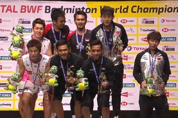 Momen Li Junhui (paling kanan) yang tak turut serta naik diatas podium juara Ahsan/Hendra di Kejuaraan Dunia 2019.