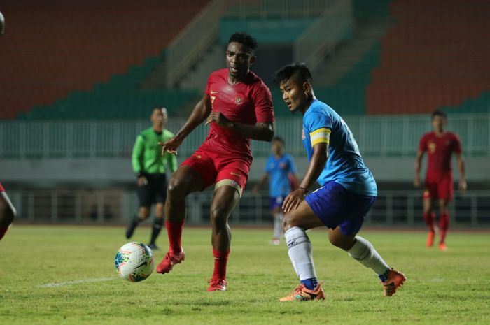 Aksi Osas Saha saat membela timnas Indonesia kontra Persika Karawang di Stadion Pakansari, Kabupaten Bogor, Minggu (25/8/2019).