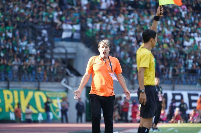 Pelatih Persija Jakarta, Julio Banuelos saat berada di Stadion Gelora Bung Tomo, Surabaya, Sabtu (24/8/2019).