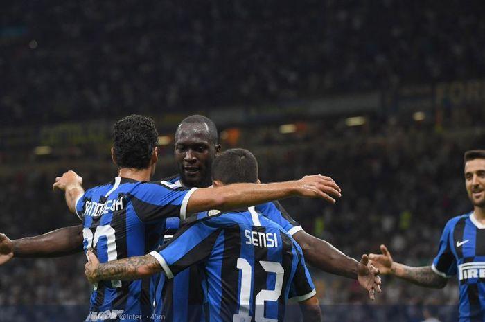 Striker anyar Inter Milan, Romelu Lukaku berselebrasi dengan rekan setimnya setelah mencetak gol ke gawang Lecce pada laga Liga Italia Serie A, Selasa (27/8/2019) di Stadion Giuseppe Meazza, Milan.