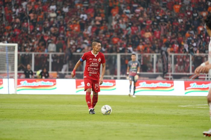 Aksi kapten sekaligus bek kanan Persija, Ismed Sofyan saat laga kontra PSM Makassar pada lanjutan Liga 1 2019 di SUGBK, Senayan, Jakarta Pusat, 28 Agustus 2019.