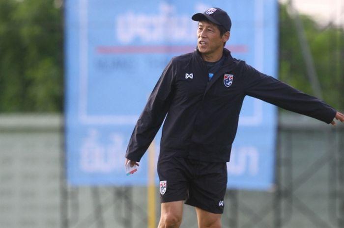 Pelatih timnas Thailand, Akira Nishino, saat memimpin sesi latihan jelang kualifikasi Piala Dunia 2022.