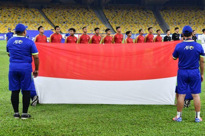Para pemain Timnas U-16 Indonesia dan Vietnam menyanyikan lagu kebangsaan jelang pertandingan.