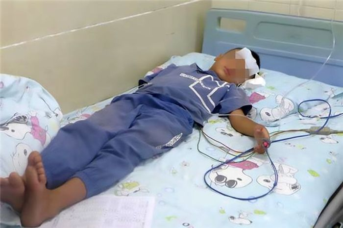 Anak yang menderita batuk bredarah akibat minum air mentah.