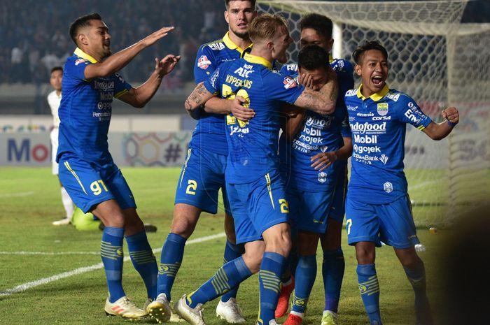 Pemain Persib Bandung merayakan gol yang dicetak oleh Erwin Ramdani saat laga melawan PSS Sleman pada pekan ke-17 Liga 1 2019 di Stadion Si Jalak Harupat, Bandung, Jumat (30/8/2019).