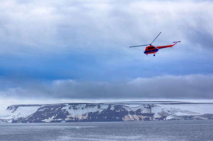 Sebuah helikopter membawa ilmuan ke Franz Josef Land, Rusia, yang terpencil.