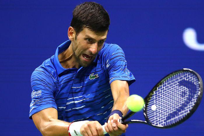 Petenis tunggal putra nomor satu dunia asal Serbia, Novak Djokovic, mengembalikan bola dari sang lawan, Juan Ignacio Londero (Argentina), saat bertemu pada babak kedua US Open 2019.