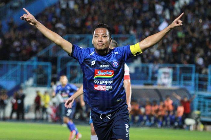 Bek Arema FC, Hamka Hamzah, merayakan gol yang dicetaknya ke gawang PSIS Semarang pada pekan ke-17 Liga 1 2019
