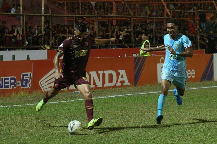 Gelandang PSM Makassar, Raphael Maitimo (kiri) menendang bola pada laga kontra Persela Lamongan di Stadion Mattoangin pada pekan ke-17 Liga 1 2019, Minggu (1/9/2019).
