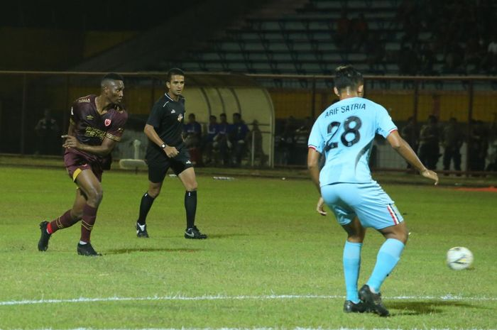 Penyerang anyar PSM Makassar, Amido Balde (kiri), berhadapan dengan gelandang Persela Lamongan Rafinha (kanan) pada laga pekan ke-17 Liga 1 2019 di Stadion Mattoangin, Minggu (1/9/2019).