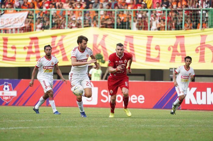 Duel bek Perseru Badak Lampung FC, Anthony Golec dan Penyerang Persija Jakarta, Marko Simic di Stadion Patriot Chandrabhaga, Kota Bekasi, Minggu (1/9/2019).